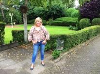 Gaby Baginsky in ihrem Garten