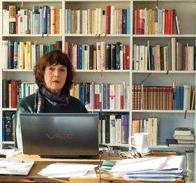 Inge Kleinschmidt an ihrem Schreibtisch